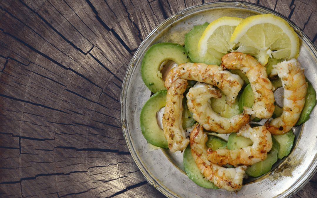 Recetas con aceite de oliva: ensalada de gambas con aguacate